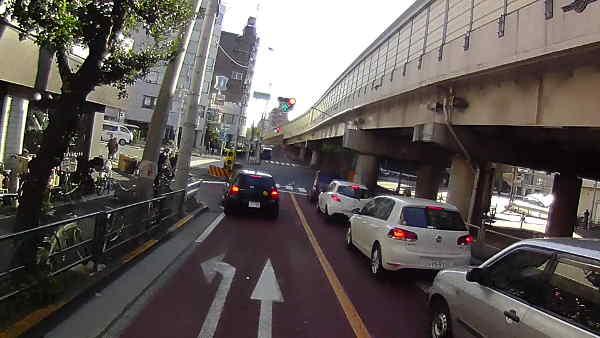 青のまま、速度が出ている状態で交差点に進入するときに安全です。