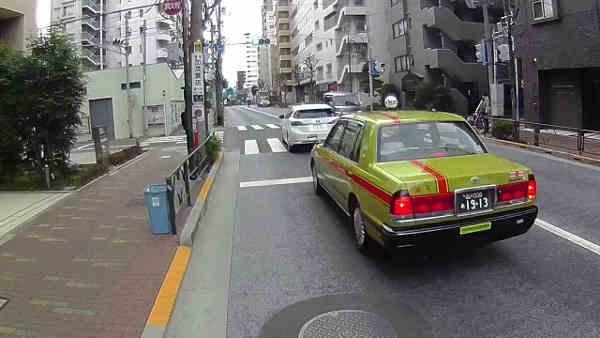 2台並んで右折待ち、ここで後続車は一旦切れたと思った。