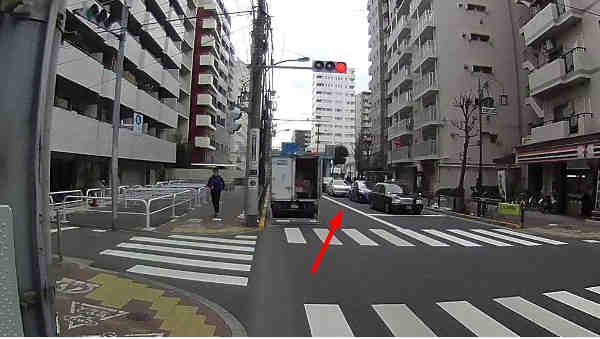 交差点5m以内の路駐車をよけるため、停止線を大きく超えて待つ