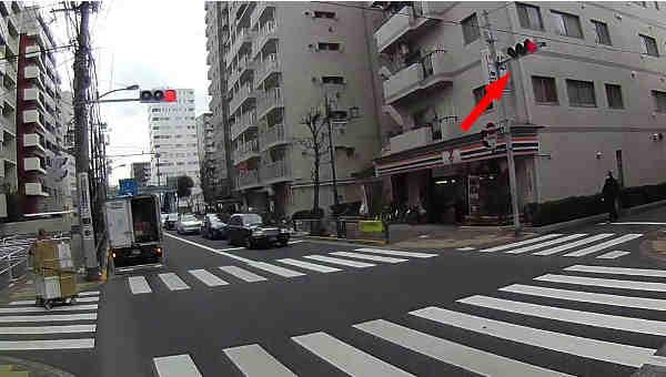 反対側の信号が赤になったタイミングでフライングスタートでやり過ごすつもり