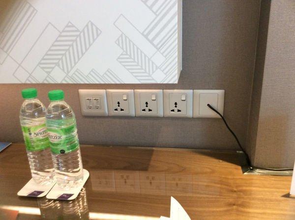 日本のコンセントが直接挿せる電源に、USB充電ポートが増えている。