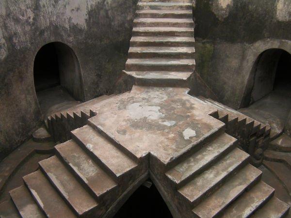 階段を降りて真ん中に立つことができます。