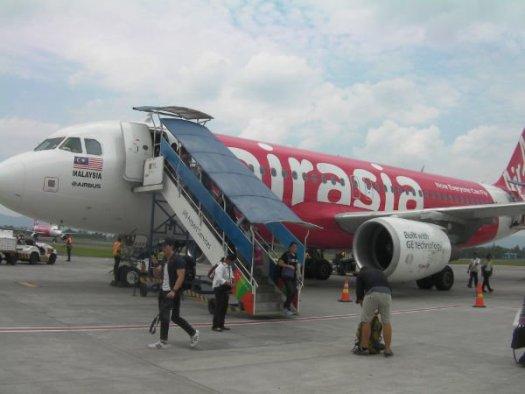 AIRASIAの機体からタラップで降りる