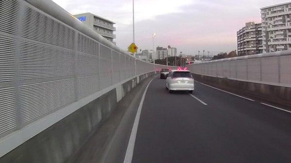 車道走行していいのか不安になる作りの橋です。