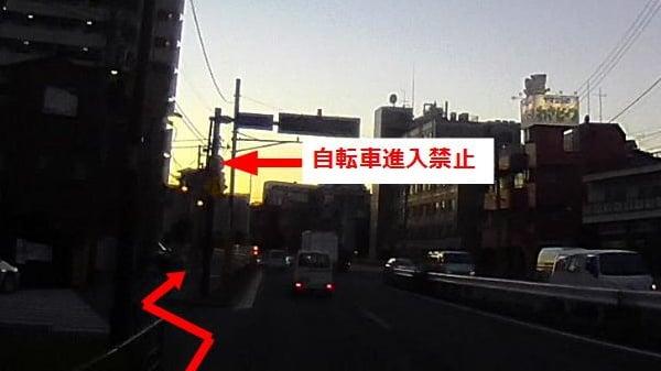 標識に気付いたとしても、すぐに側道に移らないといけない