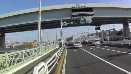 頭上に首都高速環状線が縦に架かっています