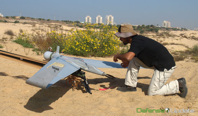 The Orbiter II is prepared for the flight, taking off from a nearby dune. On the 26th Aeronautics plans to conduct a live display of the Orbiter III for the first time. Photo: Noam Eshel, Defense-Update