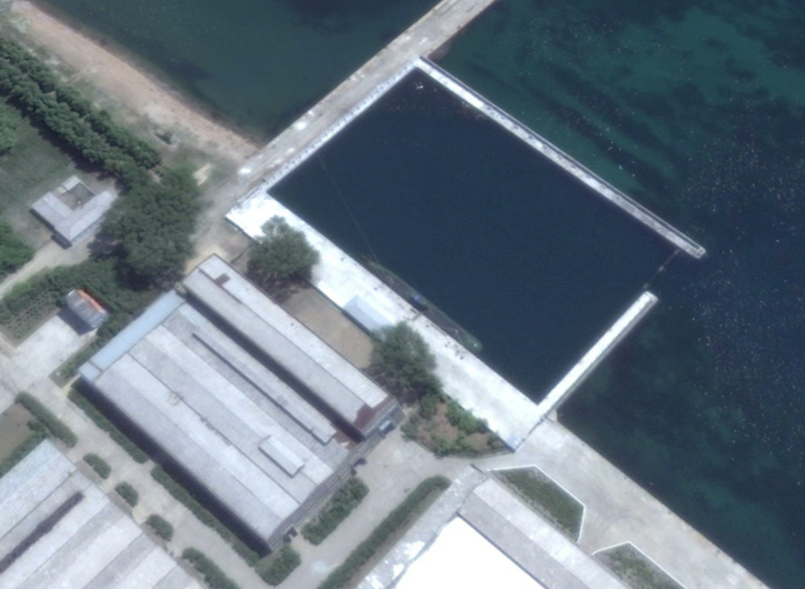 new_submarine_at_dprk_sinponaval_base725