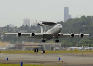 إقلاع طائرة AWACS تابعة للقوات الجوية السعودية الملكية. اعتمدت الولايات المتحدة ترقيات لخمس طائرات AWACS سعودية. (جيم أندرسون / بوينج)