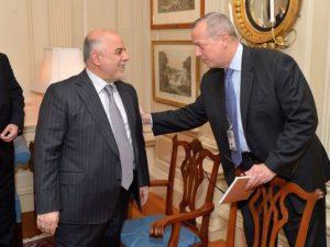 الجنرال السابق جون آلن، المبعوث الرئاسي الخاص للتحالف الدولي لمواجهة داعش، يحيى رئيس الوزراء العراقي حيدر العبادي في الرابع عشر من أبريل في مقر وزارة الخارجية الأمريكية في واشنطن.  (صورة: وزارة الخارجية).