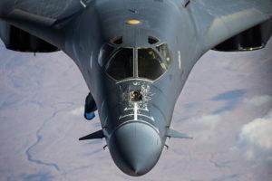 """طائرة B1-B Lancer الأمريكية تحلق في سماء العراق لدعم عملية """"الحل الجذري"""" بالرابع والعشرين من ديسمبر. (تصوير: الرقيب التقني: ناثان ليبسكومب/ القوات الجوية الأمريكية)"""
