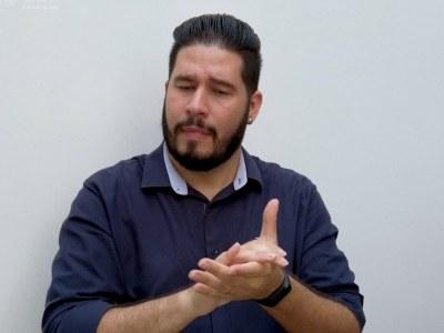 Na luta contra o coronavírus, todos os vídeos elaborados para o público especial devem ter legendas e uma janela com tradutor em libras | Foto: Divulgação