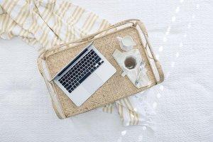Un plateau de petit déjeuner avec un pc portable et une tasse de thé