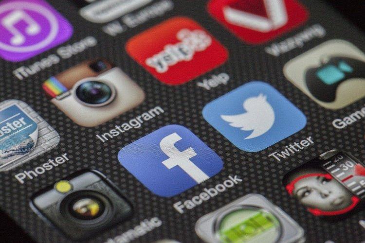 L'écran du smartphone avec les vignettes des réseaux sociaux.