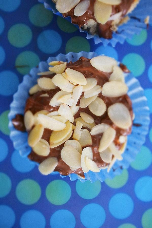 cheesecake de chocolate branco com cobertura de nutella e amêndoas