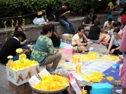 Volunteers making yellow ribbons, the symbol for this movement.