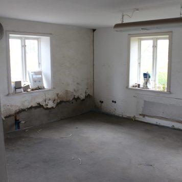 Wohnzimmer mit neu aufgemauerter Stirnseite.