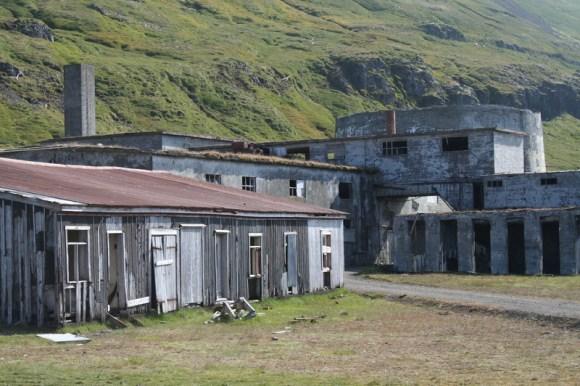 Á árunum 1942-44 var reist síldarverksmiðja á Eyri í Ingólfsfirði og bundnar miklar vonir við hana, en síldveiðin brást og rekstri hennar var hætt 1952. Svona lítur hún út í dag.