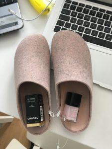 Min lillesøster er jo gravid og skal føde til August, jeg købte derfor de her hjemmesko til hende i str. mikro og en matchende neglelak fra Coco Chanel :)