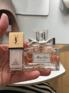 Jeg har købt en lille gave til mig selv - min parfume er tom, men jeg havde ikke råd (syntes jeg) til at købe den store model, så jeg købte den lille og en fin neglelak fra mit yndlingsmærke.