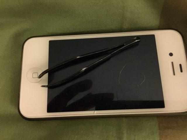 Kan du se hvad det her er? Ja det er en iphone 4S men det er ikke dét du skal se efter..... der ligger to hvide hår på telefonen..... det er to hvide tissekonehår!!! OMG jeg er ved at blive GRÅHÅRET på missen!!! Som om de ikke er lyse nok i forvejen......Døøøøø!!