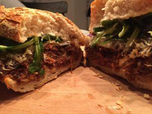 Pulled Pork Ciabatta Sandwich mit Bacon Jam und Käse