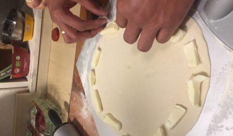 Mozzarella Stücke am Rand auslegen