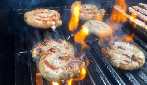 Bratwürste direkt bei mittlerer Hitze grillen