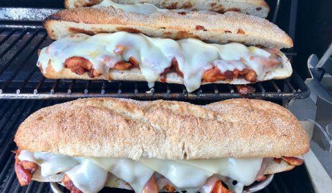 Baguettes mit Fleisch und Käse überbacken