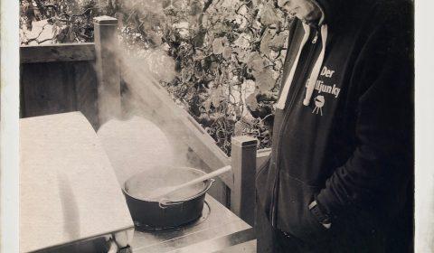 Der Grilljunky beim Frühstück machen