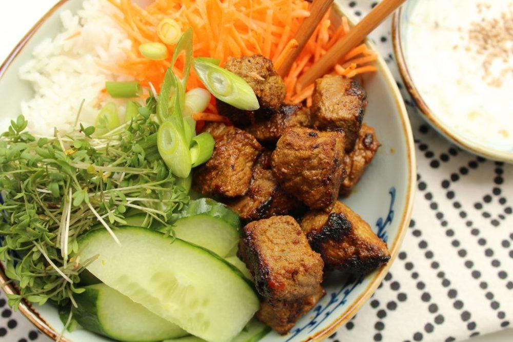 Poke bowl met vlees en sesamdressing