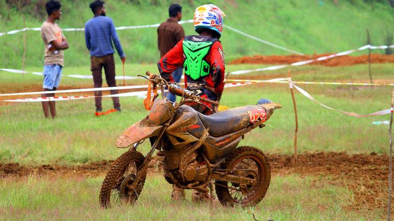 Bhoothathankettu-Mud-Race-2017-One-participant-waiting-fot-next-lap