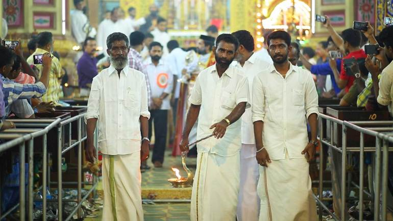 Members-from-Chakkalakkal-Hindu-family-Holding-the-Traditional-Lamp-of-the-Church-on-Kanni-20, Mar Thoma Cheriapally
