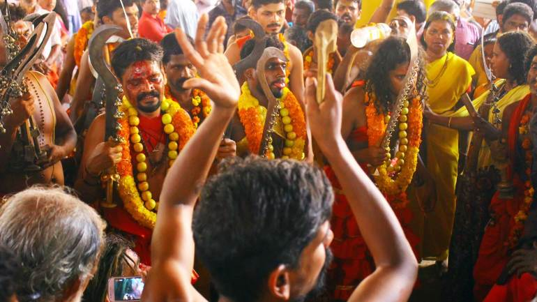 Oracles-gathering-before-the-shrine-of-Kodungallur-Bhagavathy-Temple-Kerala-Festival-Photos-De-Kochi, Kodungallur Bharani