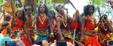 Oracles-rendering-the-'Thanaro-Thannaro-song'-to-praise-Kodungallur-Bhagavathy-Kerala-Festival-Photos-De-Kochi