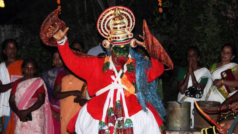 Thookkam-performer-presenting-the-dance-before-the-goddess-devotees--are-praying