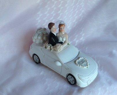 Brautpaar im weissen Cabrio  dekor24 DIMECOdeko