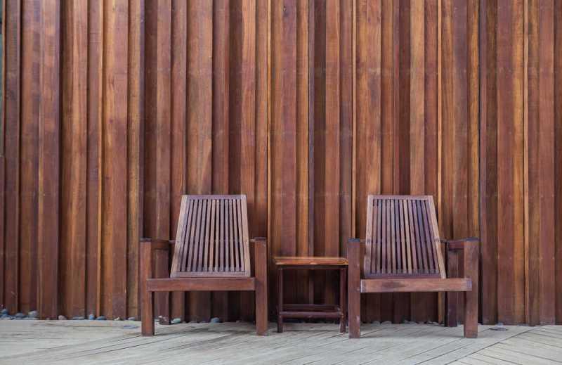 Dlaczego warto położyć drewno na ścianie