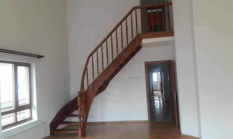Salon merdivenini sökerek asma kat yapacağız. Asma katın önüne cam balkon sistemi yapacağız.