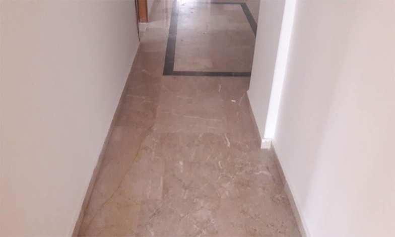 Ana koridor zeminlerinde bulunan mermerler sökülecek ve yerine laminat parke yapılacak.