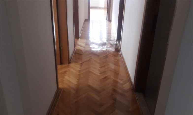Ara hol zeminleri sökülerek laminat parke yapılacak. Tüm daire iç kapıları sökülecek ve amerikan panel kapılar yapılacak.