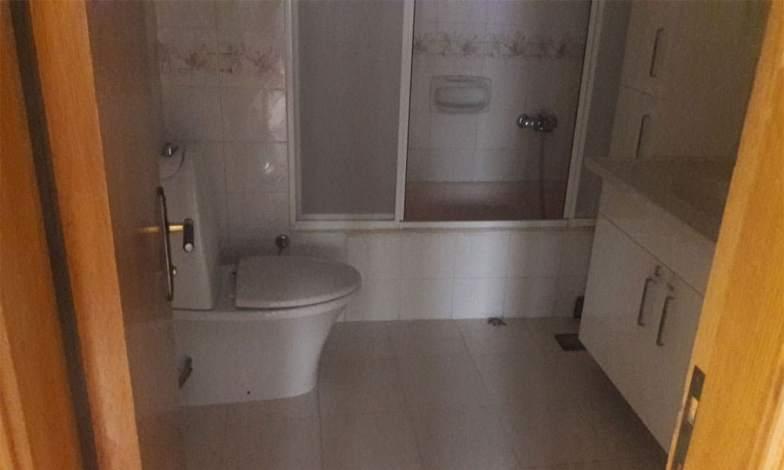 Banyolar ve tuvaletteki klozetler sökülerek yerlerine gömme rezervuar (geberit) klozetler yapılacak.