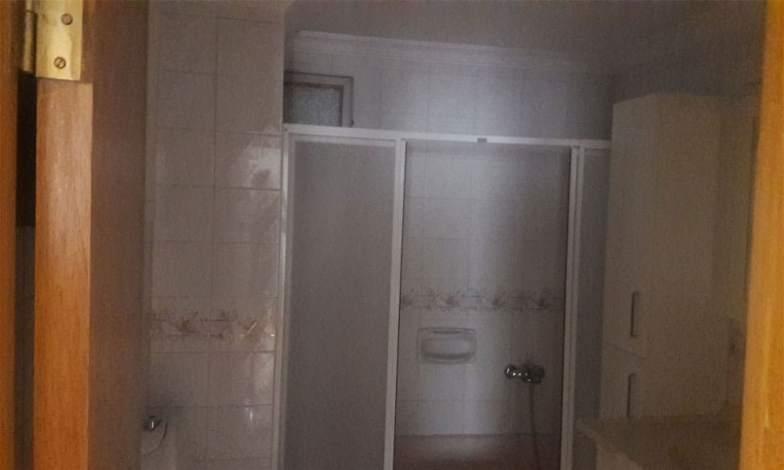 Eski duş küvetleri sökülecek. Yeni duş kabinleri yapılacak (teknesiz). Tüm su tesisatları yeni banyo tasarımına göre yenilenecek. Komple duvar ve zemin seramikleri değişecek. Tüm batarya ve çeşmeler değişecek. Banyo dolapları değişecek. Vitrifiyeler değiştirilecek.