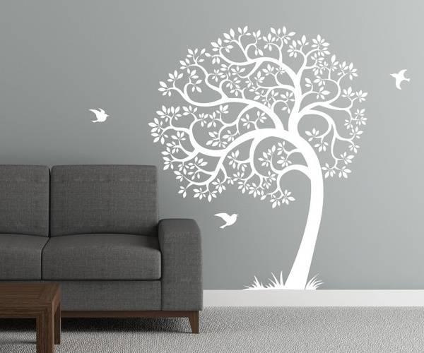Beyaz duvar çıkartması - iç kısımda ahşap