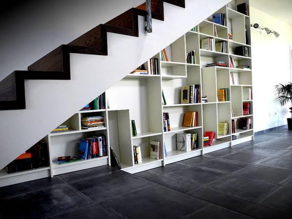 özel bir evde merdivenlerin altında gardırop, fotoğraf 16