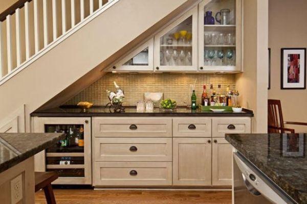 Evdeki merdivenlerin altında mutfak dolapları
