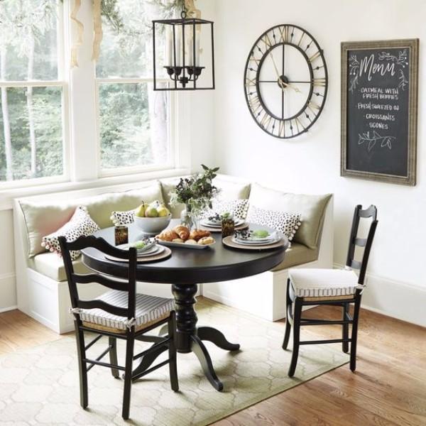 Beyaz bir uyku yeri olan küçük mutfak köşesi, fotoğraf