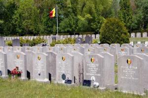 BIZAR: Rode Duivels liggen al bijna week uit EK maar deze militaire begraafplaats blijft vlag uithangen