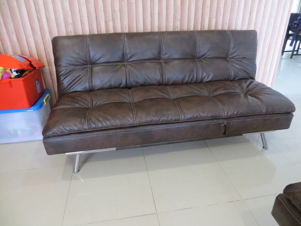 sofa warna hitam kecoklatan