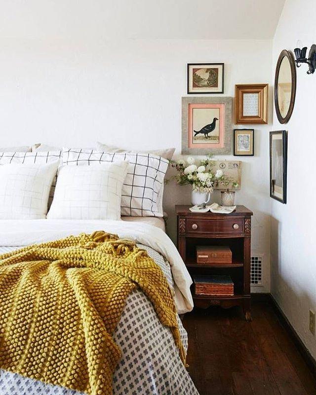 sudut kamar dengan hiasan dinding dan nakas